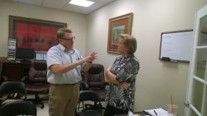 El Dr. James Dugard y la Sra. Joan Crown en una discusión profunda durante la pausa. No tenemos idea de que estuviesen discerniendo.