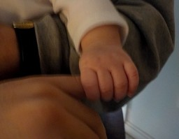2017_01_baby_holds_finger